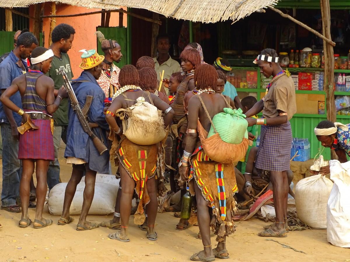Zdjęcia: Turmi, Dolina Omo, Przed sklepem, ETIOPIA