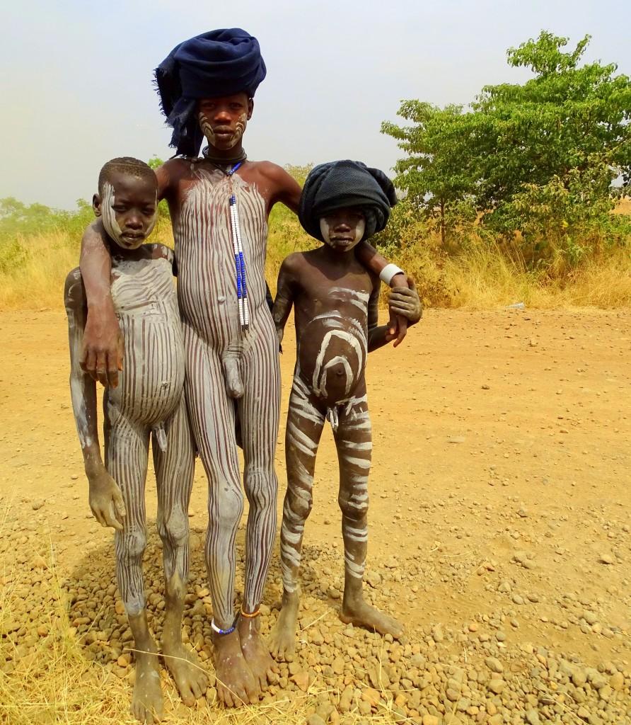 Zdjęcia: tereny ludu Mursi, Dolina Omo, Chłopaki pasiaki, ETIOPIA