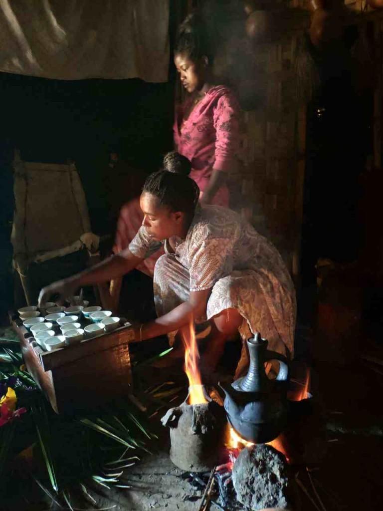Zdjęcia: Dorze, Arba Myncz, Czekamy na kawę, ETIOPIA