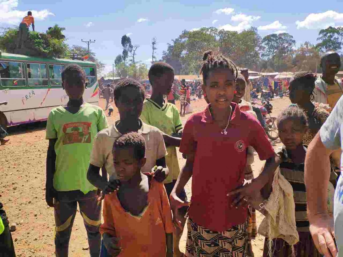 Zdjęcia: targowisko w Gesuba, Konso, Obejrzymy białych, ETIOPIA