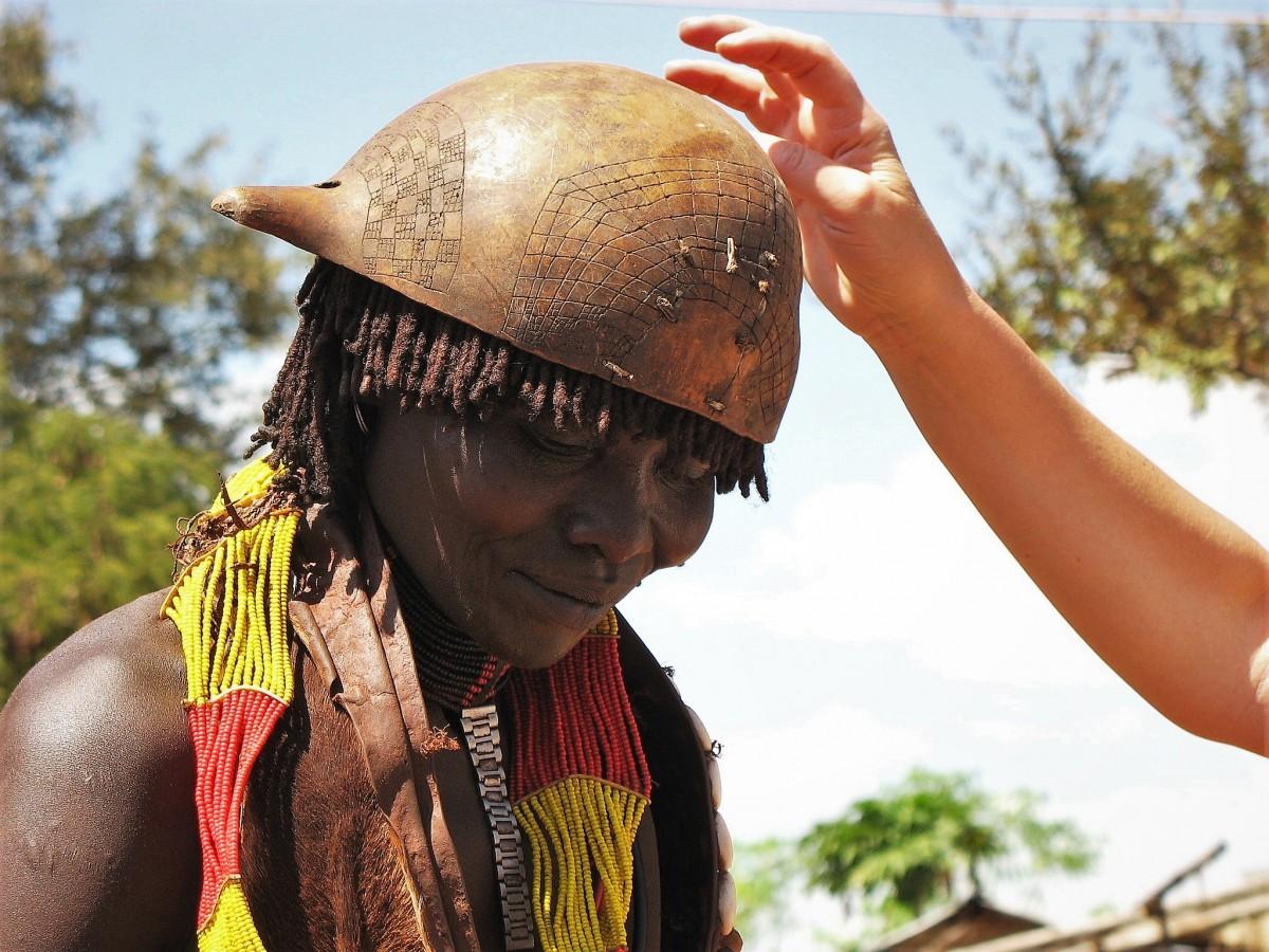 Zdjęcia: Targ w Jinka, Dolina Omo, Daj przymierzyć!, ETIOPIA