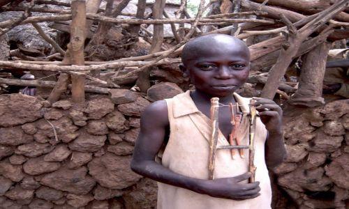 Zdjecie ETIOPIA / pd. Etiopia, Karat-Konso / Wioska ludu Konso / Chłopiec z zabawką