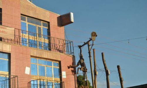 Zdjecie ETIOPIA / - / Płd Etiopia / Niebezpieczne życie etiopskiego elektryka