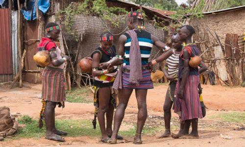Zdjęcie ETIOPIA / Dolina Omo / targ w Dimece / Oooo! Nowa biżu!