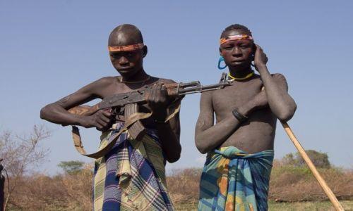 Zdjecie ETIOPIA / Dolina Omo / wioska Mursi / Mężczyźni