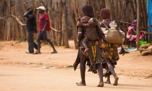 Zdjęcie ETIOPIA / Dolina Omo / Dimeka / Powrót do domu