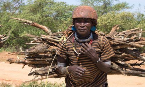 Zdjęcie ETIOPIA / Dolina Omo / okoloice Turmi / Tradycyjne zajęcie kobiet