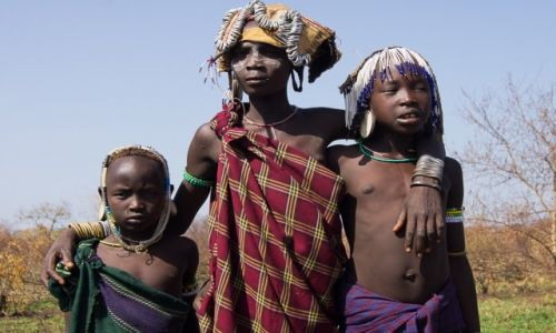 ETIOPIA / Dolina Omo / wioska Mursi / Dziewczynki z plemienia Mursi