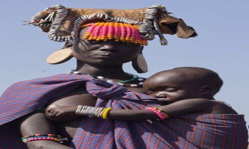 Zdjęcie ETIOPIA / Dolina Omo / wioska Mursi / Młoda mama już bez rozciętej wargi na tradycyjny krążek