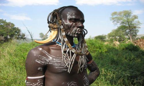 Zdjecie ETIOPIA / tereny nad Jeziorem OMO / wioska plemienia Mursi / Ci wspaniali mężczyźni: Wojownik MURSI