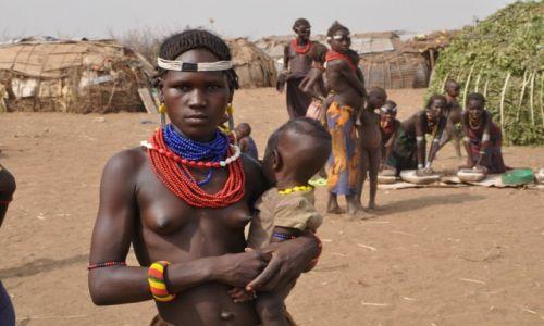 ETIOPIA / Dolina Omo / Okolice miasta Omorate / Mama z plemienia Danasech�w