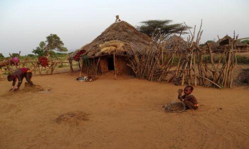ETIOPIA / Dolina Omo / Wioska ludu  Hamer�w / Przed  chat�