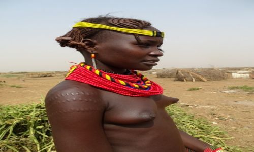 ETIOPIA / Dolina Omo / Wioska ludu  Dassanech / Skaryfikacja