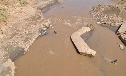 ETIOPIA / Dolina Omo / Okolice Konso / Codzienna k�piel w rzecze....