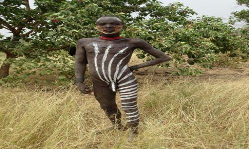 Zdjecie ETIOPIA / Dolina Omo / Okolice Jinki / Młody mężczyzna z plemienia Mursi...