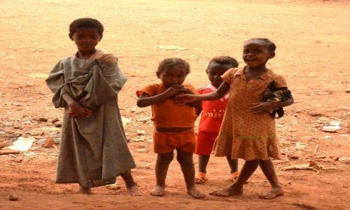 ETIOPIA / Park Narodowy Awash / miasteczko w Parku N. Awash / dzieciaki