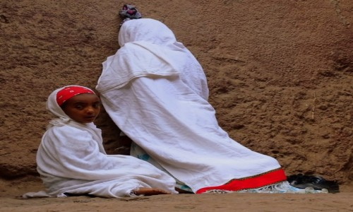 ETIOPIA / północ / Lalibela / Mama się modli
