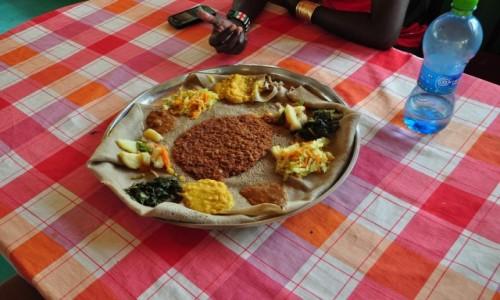 ETIOPIA / Region Narod�w, Narodowo�ci i Lud�w Po�udnia / Okolice Omorate / Injera - jedyny obrus kt�ry zjada si� wraz z posi�kiem...