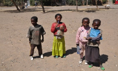 ETIOPIA / Addis Abeba / Przedmie�cia Addis / Cudne Dzieciaki....