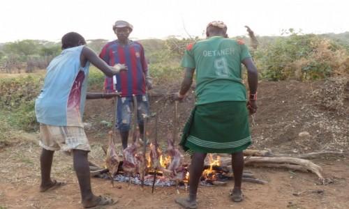 Zdjecie ETIOPIA / DOLINA OMO / WIOSKA HAMERÓW / Koza na kolację w wiosce Hamer