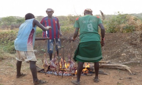 ETIOPIA / DOLINA OMO / WIOSKA HAMER�W / Koza na kolacj� w wiosce Hamer