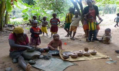 ETIOPIA / Dolina Omo / Wioska Ari / Lepienie garnków - wioska ARI