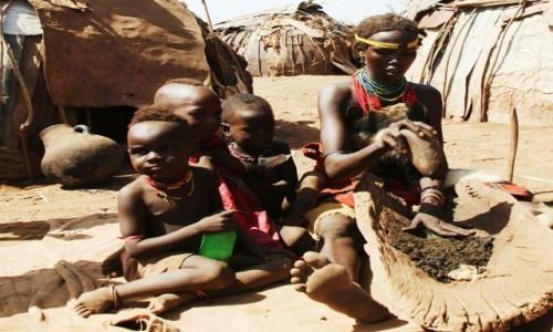Zdjęcie ETIOPIA / Dolina Omo / Wioska Dasench  / W oczekiwaniu na posiłek