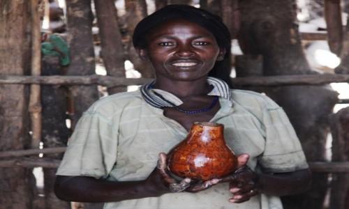Zdjęcie ETIOPIA / Region Narodów, Narodowości i Ludów Południa / Konso / Pani serwująca lokalne piwo