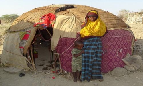 Zdjęcie ETIOPIA / Północny-Wschód / wioska przy drodze / Afarka z dzieckiem