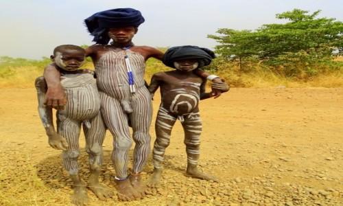 Zdjęcie ETIOPIA / Dolina Omo / tereny ludu Mursi / Chłopaki pasiaki