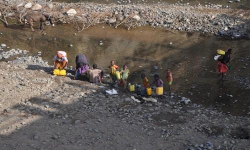 Zdjecie ETIOPIA / Dolina Omo / Okolice Turmi / Woda to życie....