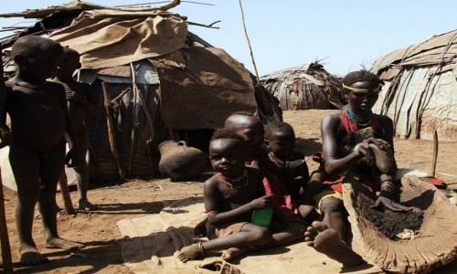 Zdjecie ETIOPIA /  Dolina Omo / Wioska Dasench  / Przygotowania do posiłku