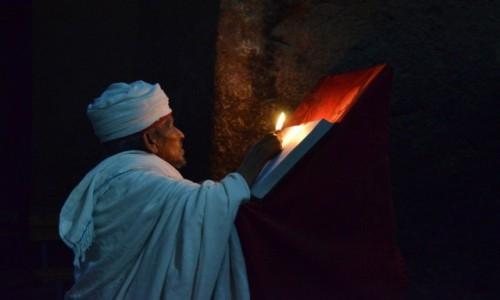 ETIOPIA / Lalibela / Kościół / kapłan