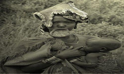 Zdjęcie ETIOPIA / Dolina Omo / wioska Mursi / Macierzyństwo
