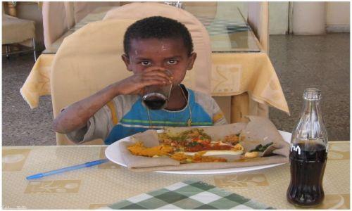 Zdjecie ETIOPIA / Axum / Axum / Nakarmić głodnego