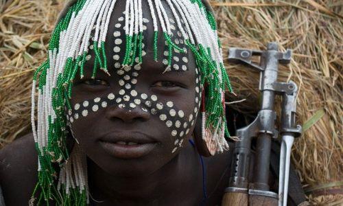 Zdjęcie ETIOPIA / brak / Etiopia południowa / Z kałachem mi do twarzy
