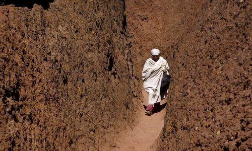 ETIOPIA / P�nocna - �rodkowa Etiopia / Lalibella / Po�r�d skalnych tuneli pod��aj�c
