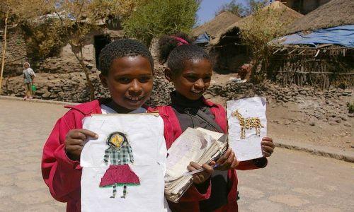 Zdjęcie ETIOPIA / Północna - środkowa Etiopia / Lalibella / Dzieci wesoło wybiegły ze szkoły