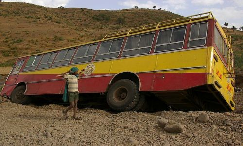 ETIOPIA / Północna - środkowa Etiopia / Północna Etiopia gdzieś po drodze / Może go tak kijem podważyć? Ale w którą stronę?