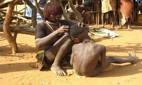 Zdjęcie ETIOPIA / brak / Turmi / Poranne poprawianie fryzury