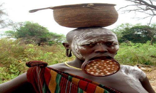 Zdjecie ETIOPIA / pd. Etiopia, Park Narodowy Mago / Wioska plemeinia Mursi / Kobieta z plemienia Mursi