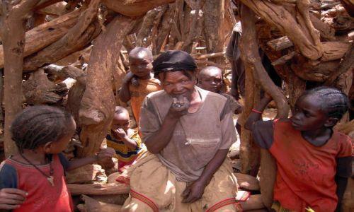 Zdjęcie ETIOPIA / pd. Etiopia, Karat-Konso / Wioska plemienia Konso / Kobieta z fajką
