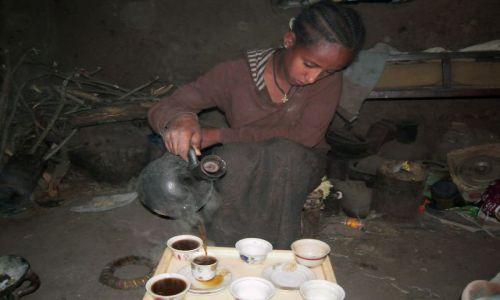 Zdjecie ETIOPIA / pn. Etiopia, Lalibela / W chacie / Zaproszenie na kawę