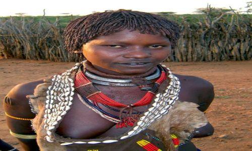 Zdjęcie ETIOPIA / pd. Etiopia, w pobliżu miasta Turmi / Wioska plemienia Hamerów / Mężatka z plemienia Hamer