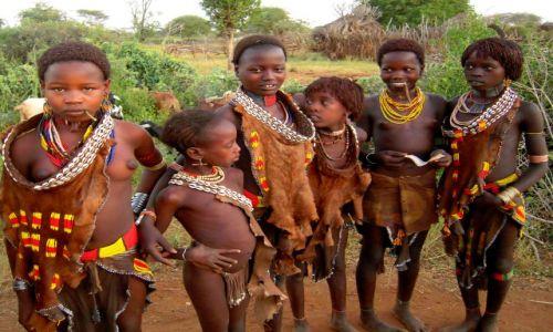 ETIOPIA / pd. Etiopia / Wioska plemienia Hamerów / Dziewczynki z plemienia Hamerów