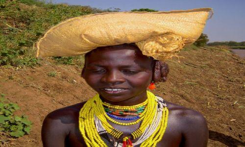 Zdjecie ETIOPIA / Pd. Etiopia - Omorate / W drodze do wioski plemienia Dassanech / Z gracją