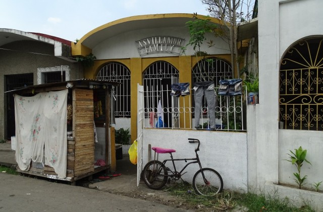 """Zdjęcia: Cmentarz Północny, Manila, Przed """"domem"""", FILIPINY"""