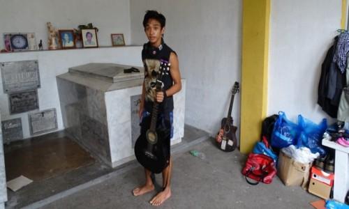 FILIPINY / Manila / Cmentarz Północny / Chłopak z gitarą