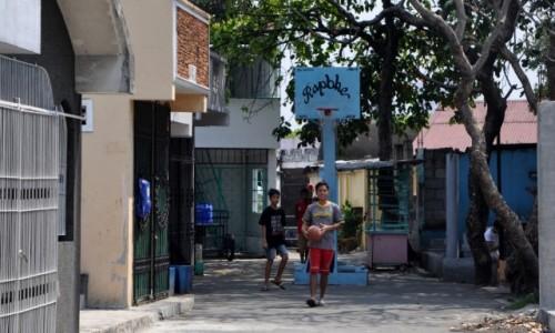 FILIPINY / Manila / Cmentarz Północny / W kosza grają wszędzie