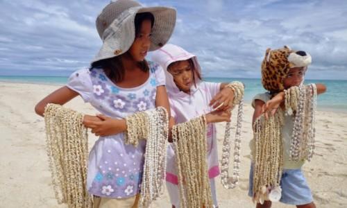 Zdjecie FILIPINY / Bantayan / Santa Fe / Dziewczynki z koralami